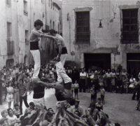 06 Castells de la Colla Jove a la Plaça i públic assistent, any 1975